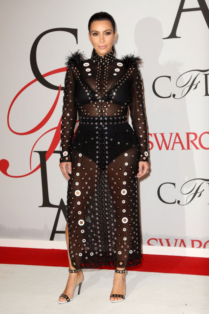 Kim Kardashian mise sur la gaine !