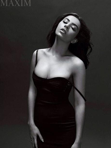 La sulfureuse Charli XCX, la tête à l'envers pour Maxim Magazine