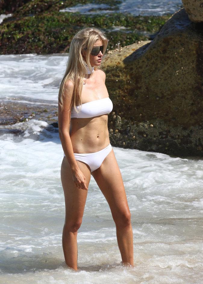 Photos : Lara Stone : son défilé de maillots de bain sexy pour Vogue