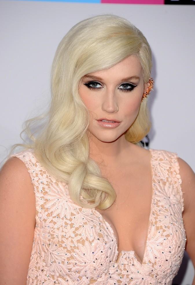 Kesha et ses nombreux piercings au oreilles