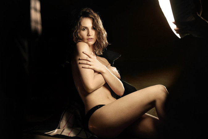 Photos : Lily James : topless pour Burberry !