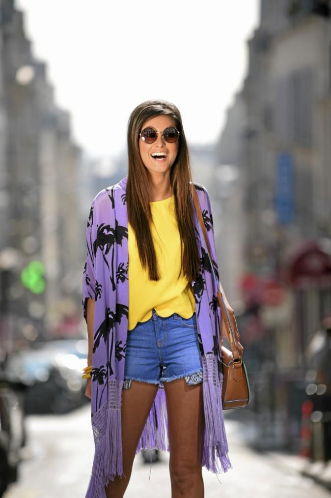 WALKING ON SUNSHINE : Kimono à franges, Gat Rimon, 190€. Top, New look, 14,99€. Short en jean, New look, 17,99€. Lunettes de soleil, Sky Eye...