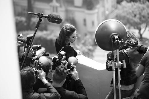 """Photo """"behind the scene"""" de la campagne de pub des sacs Miss Dior Automne-Hiver 2012/2013 avec Mila Kunis !"""