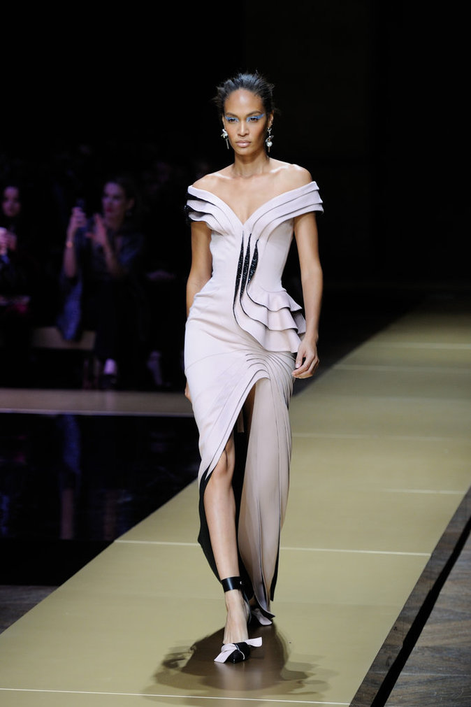 Joan Smalls lors du défilé Haute Couture Atelier Versace le 3 juillet 2016