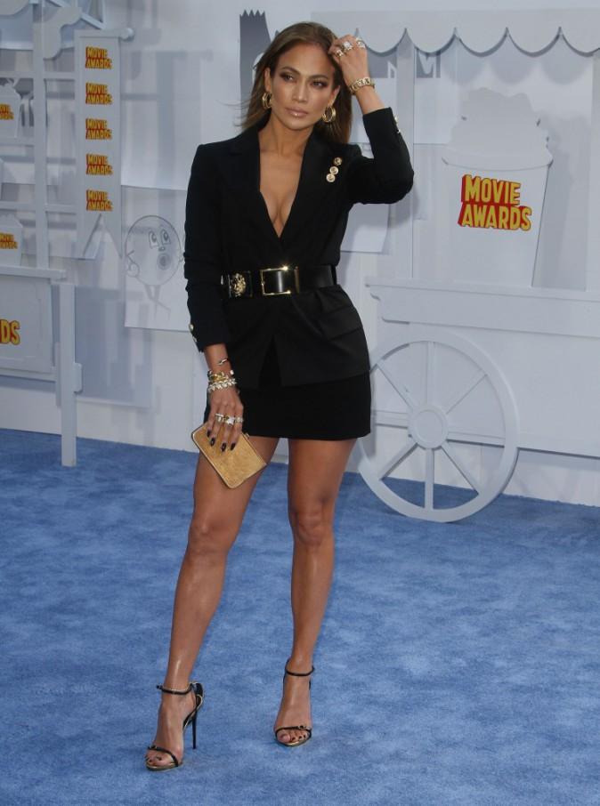 Jennifer Lopez en blazer Versace, ceinture et jupe Giuseppe Zanotti, chaussures Salvatore Ferragamo