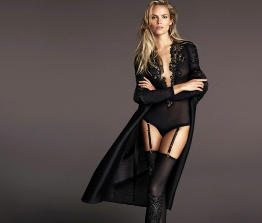 Natasha Poly pose pour la campagne Automne - Hiver 2015 de La Perla