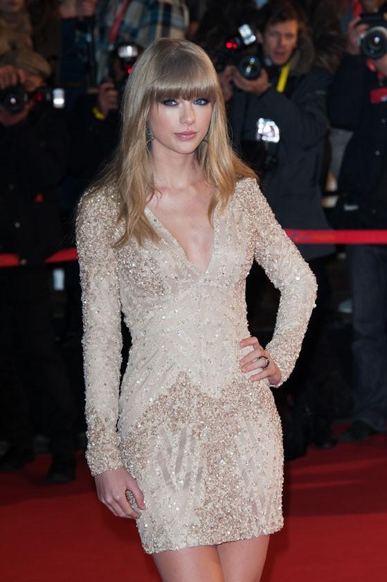 Taylor Swift sur le tapis rouge des 14èmes NRJ Music Awards