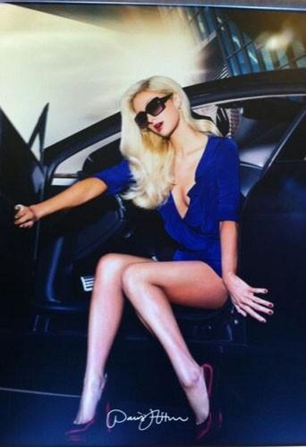 Paris Hilton joue les égéries pour sa dernière collection Eyewear !