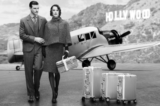 Alessandra Ambrosio et Johannes Huebl posent pour la nouvelle campagne des valises Rimowa, aux couleurs des années folles