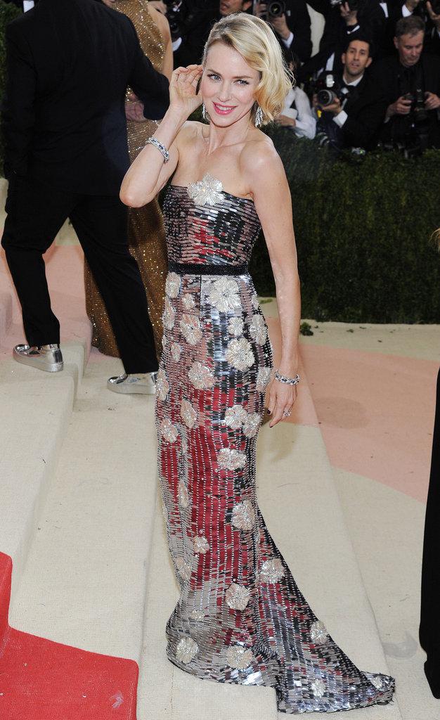 Naomi Watts sur le red carpet du Met Gala 2016