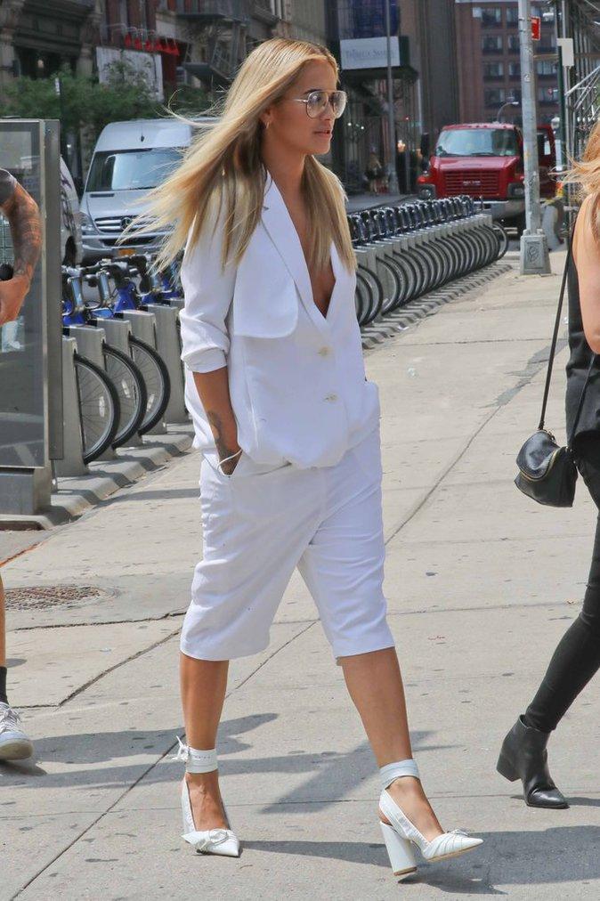 Rita Ora en total look blanc