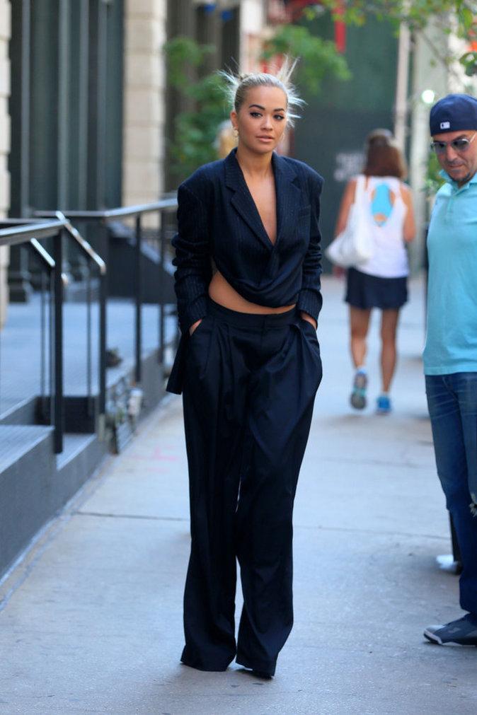 Rita Ora en total look navy