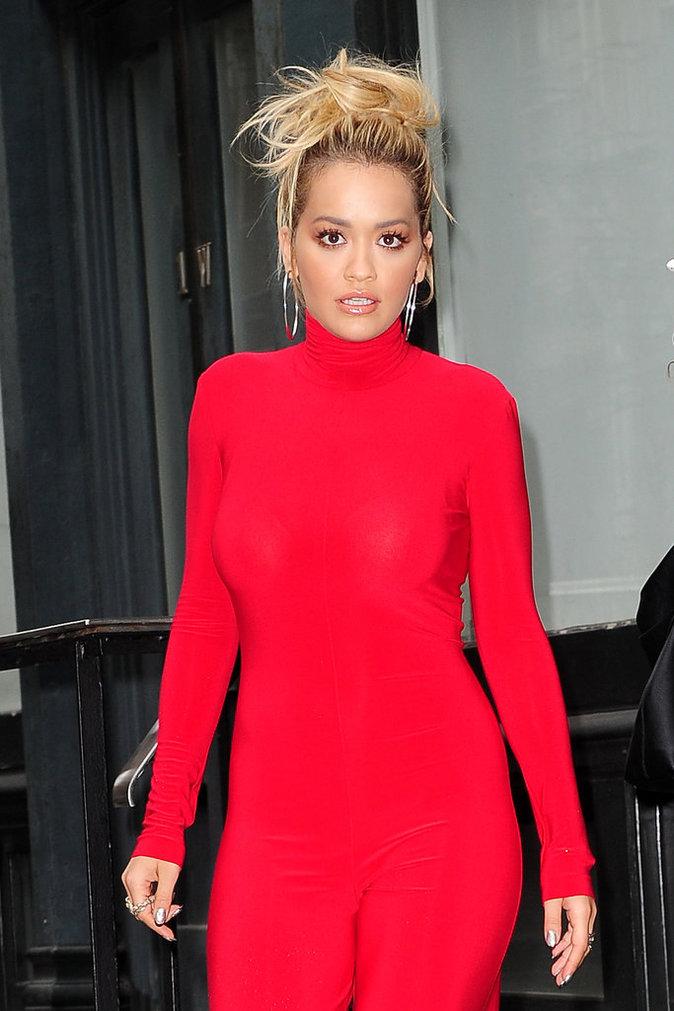 Rita Ora en total look rouge