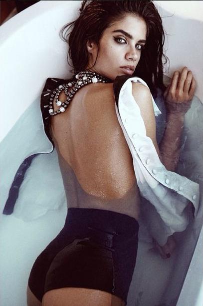 Sara Sampaio, totalement hot pour le shooting photos du magazine L'Officiel Singapour