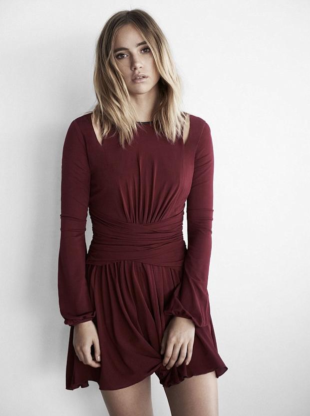 Photos : Suki Waterhouse : mini-robe et transparence pour Express