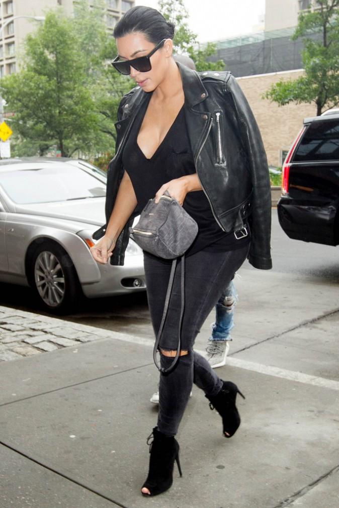 Kim Kardashian adopte aussi la veste en cuir !