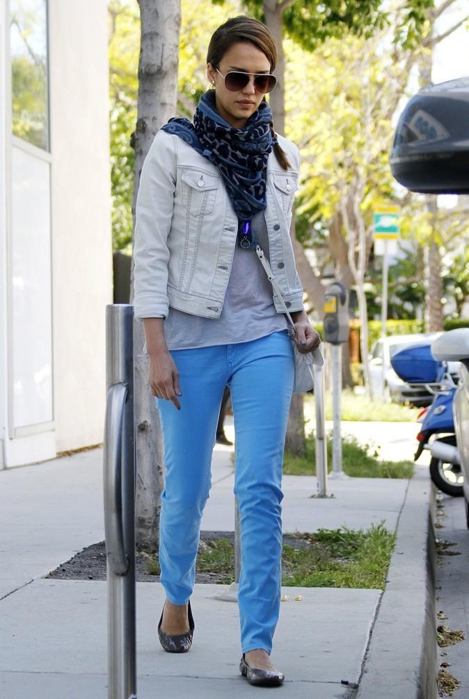 Jessica Alba : la micro veste en jean !