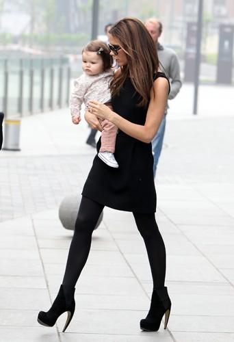 Le sport préféré de Victoria ? Porter sa fille avec 15 cm de talon !