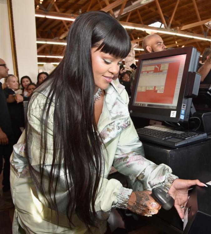 Rihanna encaisse les clients à l'inauguration du pop-up store Fenty x Puma - Los Angeles, le 18 avril 2017