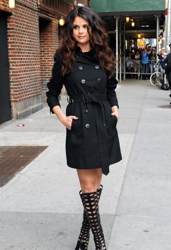 Selena Gomez en trench Burberry et bottes montantes à découpes laser Brian Atwood au David Letterman TV show, le 24 avril 2013.