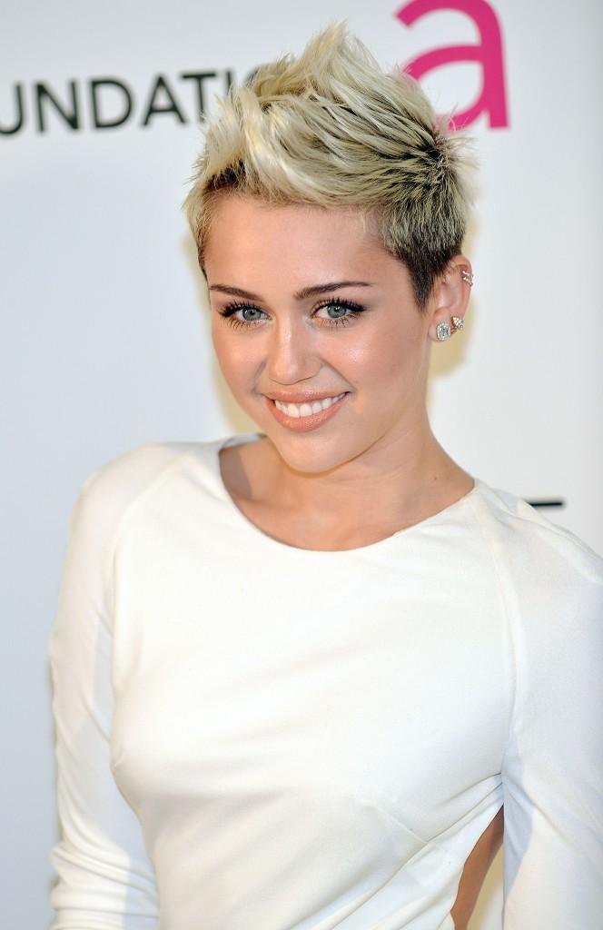 2-Un poil plus rock, Miley porte la crête avec style.