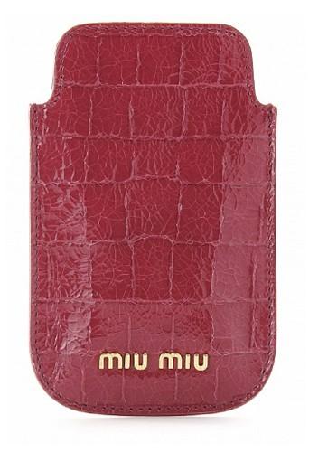 Étui iPhone en cuir effet croco, Miu Miu mytheresa.com, 100 €.