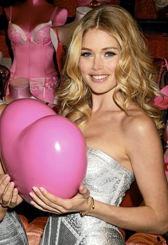 Coeur à prendre ? Eh non, ne rêvez pas messieurs, il ne s'agit là que d'un ballon en plastique. Le cœur de Doutzen, lui, appartient à so...