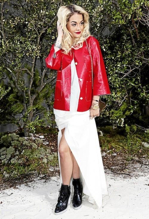 Rita Ora : Rien de tel pour casser l'aspect trop chic d'une robe de soirée qu'un perfecto.