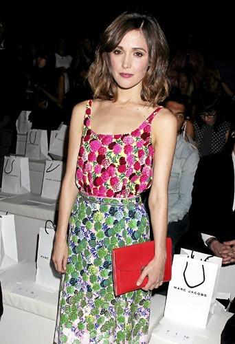 Rose Byrne : Accessoire mais indispensable, la pochette Marc Jacobs pour assister à son défilé.