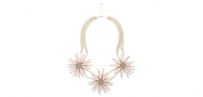 Un hiver à l'eau de rose : Collier À fleurs, New Look, 17,99 €