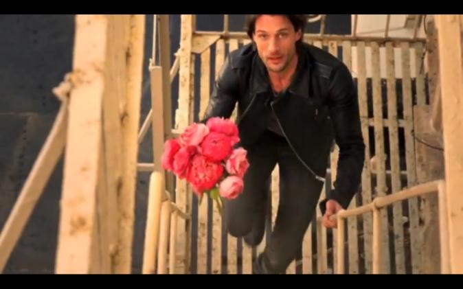Le voici, roses au poing !