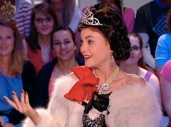 Se prendrait-elle pour Geneviève de Fontenay ? Miss France ? La Reine Elisabeth ?