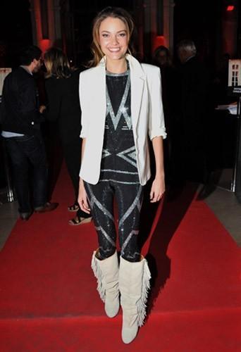 Solweig Rediger-Lizlow portant les bottes à franges Isabel Marant