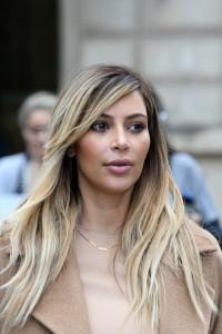 Kim Kardashian porte un collier avec le prénom de sa fille