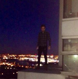 Liam Payne en haut d'un building à Londres