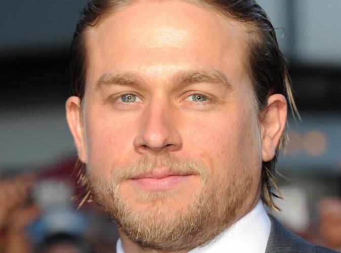 """50 nuances de Grey : les critiques n'atteignent pas Charlie Hunnam :"""" Il y a une alchimie entre Dakota Johnson et moi !"""""""