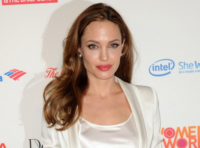 Angelina Jolie : découvrez la photo de sa sublime bague de fiançailles en diamant que Brad a créée pour elle !
