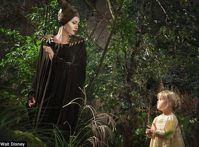 """Angelina Jolie : toujours aussi terrifiante sur le premier cliché officiel avec sa fille Vivienne pour """"Maléfique"""" !"""