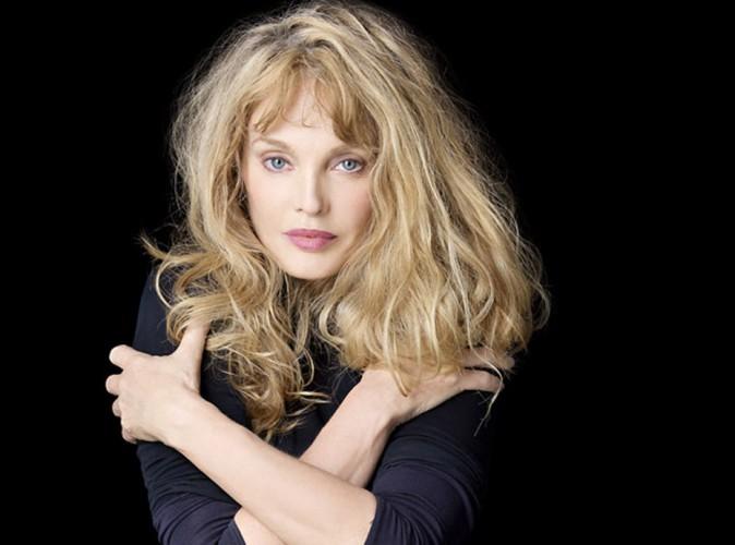Arielle Dombasle : la chanteuse évoque la triste disparition de sa demi-sœur...