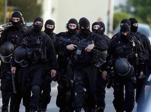 REMEMBER Attentat-a-Charlie-Hebdo-les-stars-saluent-la-bravoure-du-GIGN-et-du-RAID_portrait_w674