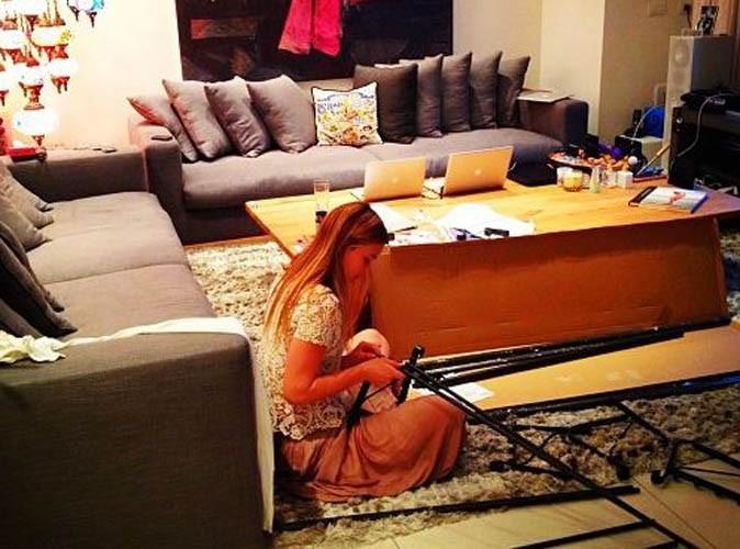 Bar Refaeli : elle aussi elle galère pour monter des meubles !
