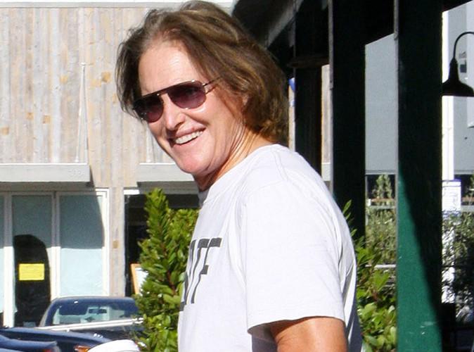 Bruce Jenner photographié en maillot de bain, il assume sa poitrine !