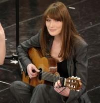 """Carla Bruni : sa chanson, le Pingouin, en """"hommage"""" à François Hollande ?"""
