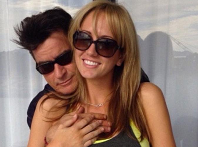 Charlie Sheen : pendant que ses ex se chamaillent, il refait sa vie avec une jeune femme !