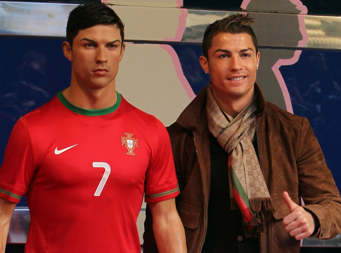 cristiano ronaldo d pense une fortune pour s 39 offrir une statue de lui. Black Bedroom Furniture Sets. Home Design Ideas
