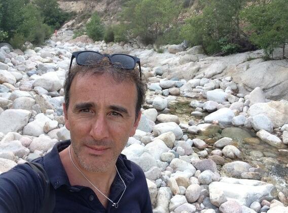 Elie Semoun: ses vacances en Corse en mode sans amis !