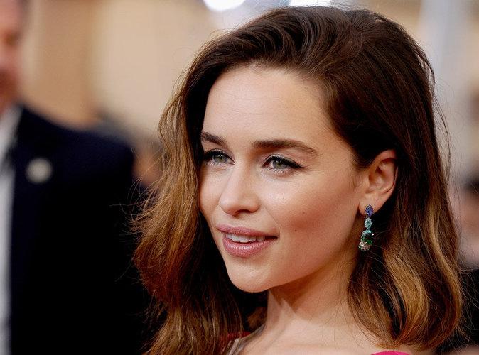 """Emilia Clarke : """" Je suis la reine de toute chose ! J'aimerais voir de plus près les pénis de tous ces garçons, s'il vous plaît """""""