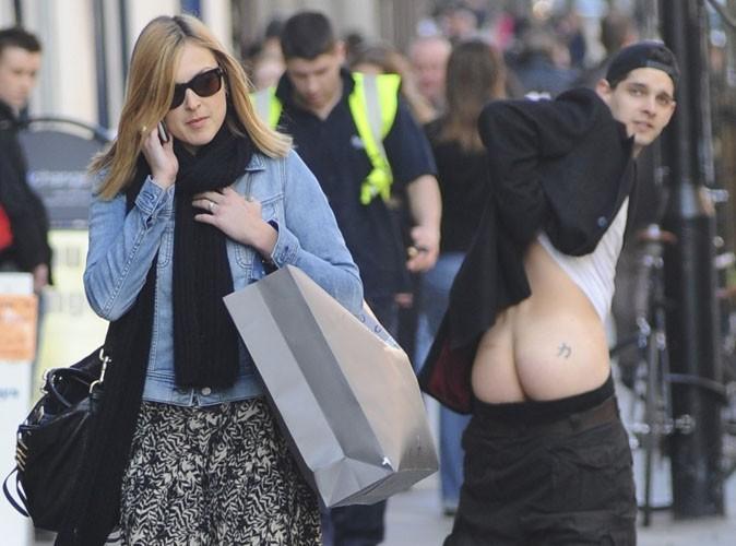 Fearne Cotton : un homme montre ses fesses derrière elle !