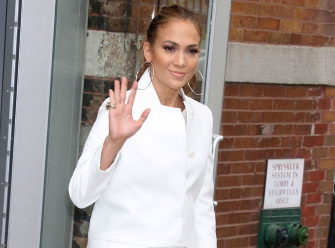Jennifer Lopez : Découvrez la robe sexy en diable qu'elle a choisi pour la promo de son album !