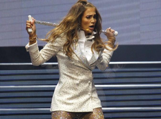 """Jennifer Lopez : elle achève sa tournée en Amérique du Sud avec un show humide, clinquant et surtout """"caliente"""" !"""